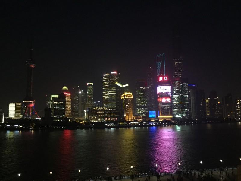 """Die magische Skyline von Shanghai vom """"Bund"""" aus"""