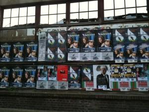 Plakate vom Variete in der Waggonhalle mit Timothy Trust & Diamond
